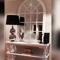"""Nydelig og dekorativt speil med hvitmalt treramme på lager. ( Denne kommer også med svart ramme). Konsollbordet """"Dubai Classic"""" er også tilbake på lager  god søndag"""
