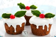 If you prefer a lighter fruit cake at Christmas then these individual muffin-sized cakes will fit the bill perfectly. Made with a simple all-in-one sponge cake mix they are so much quicker to make than a classic fruit cake too! To give the cakes a boozier Mini Christmas Cakes, Christmas Desserts, Christmas Treats, Christmas Traditions, Mini Christmas Puddings, Xmas Cakes, Christmas Log, Christmas Biscuits, Sponge Cake Mix