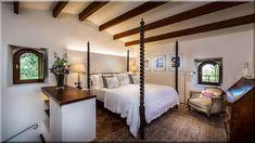 Son Balagueret is a beautiful villa for rent in Direction Esporles to Banyalbufar, Spain. Wicker Chairs, Wicker Furniture, Outdoor Grill Area, Simple Chandelier, Villas In Italy, Beautiful Villas, Al Fresco Dining, Maine House, Vacation Villas