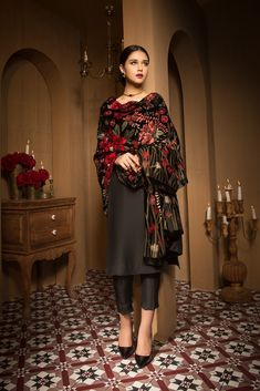 Bareeze unstitched winter collection 2017 chinese classic-shawl with model anushey mughal. Pakistani Dress Design, Pakistani Outfits, Indian Wedding Outfits, Indian Outfits, Indian Attire, Indian Wear, Casual Dresses, Fashion Dresses, Dress Outfits