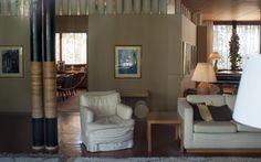 Alvar Aalto | Villa Mairea | Noormarku, Finlandia | 1938 | vista del salón desde la esquina de la biblioteca, En primer plano las dobles columnas decoradas con ratán al fondo a la izquierda el saloncito que conduce al estudio