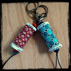Have empty thread spools? Make these clever little key fobs! Spool Crafts, Cork Crafts, Sewing Crafts, Sewing Projects, Easy Crafts, Easy Diy, Thread Spools, Sewing Studio, Fabric Jewelry