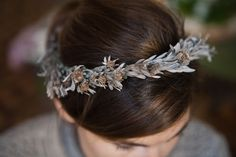 Corona de flores para las novias {Foto, Elia Sills cortesía de The Workshop Flores}