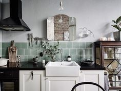 Un miroir vintage au-dessus de l'évier de la cuisine, résolument vintage