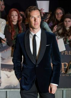 Benedict Cumberbatch is not only an excellent actor but also one of the most stylish men in Hollywood. Stylish Men Over 50, Most Stylish Men, Stylish Mens Haircuts, Stylish Mens Outfits, Tom Hiddleston Benedict Cumberbatch, Benedict Sherlock, Scottish Fashion, Gentleman Style, Men Casual