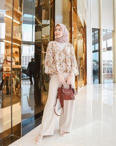 10 Inspirasi Mix and Match Floral Outfit ala Melody Prima, Segar nih! Modern Hijab Fashion, Street Hijab Fashion, Ulzzang Fashion, Fashion Outfits, Casual Hijab Outfit, Hijab Chic, Hijab Mode Inspiration, Moslem Fashion, Hijab Style Dress