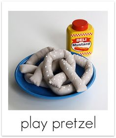 DIY Fabric Soft Pretzels ::this would be cute for the kids' play kitchen. Sewing For Kids, Diy For Kids, Crafts For Kids, Kids Fun, Felt Food Patterns, Pretend Food, Pretend Play, Kids Play Kitchen, Toy Kitchen