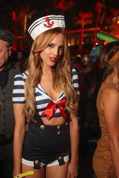 Eiza González, que sale con Liam Hemsworth, vestida de marinera por Halloween