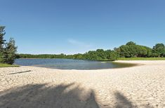Der Campingplatz Königssee in Friesland verfügt über einen eigenen Campingplatz Camping In Deutschland, Travel Inspiration, Beach, Water, Outdoor, Vacation Places, Campsite, Gripe Water, Outdoors