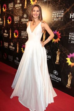 Pampita, por Javier Saiach, vestido en shantung de seda natural en off white con escote profundo y falda doble campana con tablas, con bolsillos estilo años 50 (Christian Bochichio) Prom Party Dresses, Formal Dresses, Wedding Dresses, Model Outfits, Vogue, Night Looks, Red Carpet Looks, Cool Girl, Dress Skirt