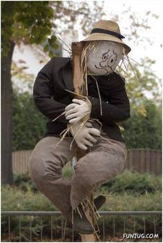 Unique funny and creative diy scarecrow ideas for your garden, outdoor front yard easy to make Make A Scarecrow, Halloween Scarecrow, Holidays Halloween, Scarecrow Ideas, Scarecrows For Garden, Fall Scarecrows, Outdoor Projects, Garden Projects, Scarecrow Festival
