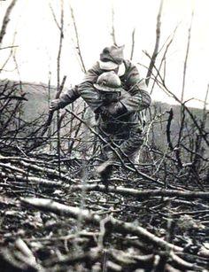 Un secouriste durant la première guerre mondiale - © Collection Roger Viollet  Le secourisme est, dès la création de la Croix-Rouge française en 1864 une des premières missions de l'association avec le secours aux blessés militaires.