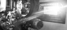 """Proyector de cine """"Victoria 5"""" Proyector cinematográfico de la marca italiana Cinemeccanica, uno de los más utilizados en las cabinas de cine actuales junto con Christie, Kinoton, Prevost, etc. Cabina de proyección del desaparecido Renoir Cuatro Caminos. Renoir, Movie Theater, Espresso Machine, Uni, Owls, Victoria, Left Out, Movie Projector, Projectors"""