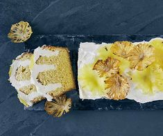 Les tranches d'ananas séchées évoquent des fleurs et éveillent des émotions printanières. La délicate crème au beurre et l'ananas fruité se complètent à la perfection dans ce gâteau imbibé qui offre une touche d'exotisme à l'heure du café ou du goûter. Butter, Loaf Cake, Camembert Cheese, Desserts, Babyshower, Food, Gallery, Ideas, Wood Spoon