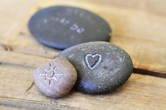Tutorial for Carving and Etching Rocks with a Dremel Stone Crafts, Rock Crafts, Fun Crafts, Arts And Crafts, Beach Rocks, Beach Stones, Nature Crafts, Stone Carving, Pebble Art