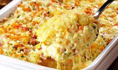 Em uma tigela, misture o arroz, a mussarela, o presunto, a cenoura e a salsa. Coloque em um refratário untado com margarina. No liquidificador, bata os ovos, o leite, o requeijão, o queijo ralado, …