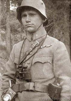 Imre Gábor 1917-ben rohamsisakban látcsővel a nyakában