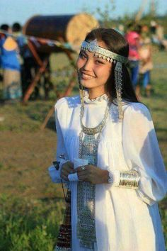 A Sakha girl at Ysyakh Best Picture For clothes for women with hips For Your Taste You are looking for something, and it is going to tell you exactly what you are looking for, and y American Indian Girl, African American Braids, Native American Girls, Native American Beauty, Native American Photos, Indian Girls, Princesa India, Mode Russe, Costume Ethnique