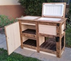 Use Pallet Wood Projects to Create Unique Home Decor Items Wood Cooler, Patio Cooler, Diy Cooler, Outdoor Cooler, Diy Outdoor Bar, Outdoor Decor, Beer Cooler, Cooler Stand, Outdoor Pallet