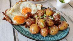 Rezept: Koreanische Kartoffeln mit Sesam, Honig und Knoblauch – für 1,50 Euro - DER SPIEGEL Yummy Veggie, Pretzel Bites, Diy Kitchen, Baked Potato, Potato Salad, 50 Euro, Tasty, Yummy Yummy, Grilling