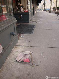 A love trap  [David Zinn'in tebeşşir ile yapmış olduğu sevimli sokak sanatı çalışması | halk art in the streets by David Zinn] - Facebook