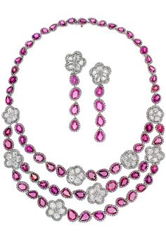 This pink sapphire necklace and earring set byAvakianbursts with colour.