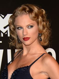 Vintage Hairstyles Curls Taylor Swift faux bob and retro curls - Check out our hairstyle of the day. Retro Hairstyles, Celebrity Hairstyles, Hollywood Hairstyles, Short Curly Hair, Wavy Hair, Short Bangs, Thick Hair, Taylor Swift Vma, Old Hollywood Waves