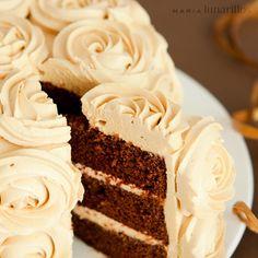 Hoy tenemos una impresionante tarta de chocolate y caramelo decorada exquisitamente con una capa debuttercreamsimulando un manto de rosas. Una receta espectacular que merece la pena intentar. Imágenes y receta de María lunarillos Ingredientes: Para el bizcocho de chocolate: 230 g de chocolat…