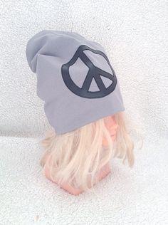 Grå mössa med svart peace märke ♡
