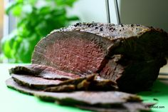 Alt kød bliver bedre ved langtidsstegning. Så enkelt er det. Når du langtidssteger kød ved lave temperaturer ( = 60°), sker der det, at bindevævet i kødet langsomt bliver opløst, mens du samtidig u…