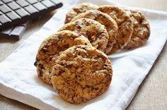 La ricetta dei cookies è di origine americana. I cookies sono croccanti biscotti arricchiti da cioccolato, in questo caso fondente, e talvolta anche da golosa frutta secca. Esistono tantissime versioni di questi sfiziosi biscotti ma la loro forma è sempre inconfondibilmente rotonda e la loro superficie piuttosto irregolare.