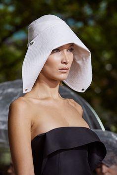 Lanvin Spring 2020 Ready-to-Wear Fashion Show - Vogue Ny Fashion Week, Fashion Show, Gothic Fashion, Jeanne Lanvin, Vogue Paris, Couture Details, Beauty Trends, Mannequins, Bag Accessories