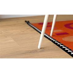 Pergo Ek Sublime 1-stav - Parkett - Parkettgolv - Golv - Golvpoolen  Ge karaktär och värme åt rummet med vackra långa, breda plankor. Fasade kanter runt om markerar plankans praktfulla längd. Slitskiktet består av ett helt träskikt som framhäver den naturliga skönheten i materialet.