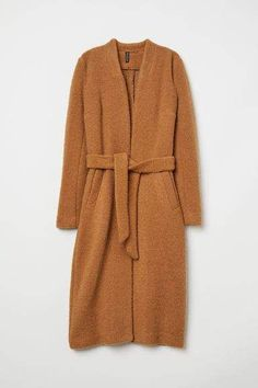 These coat trends are going to be all over the place this winter! Here are some of the top winter coat looks you'll be seeing! Fall Fashion Trends, Autumn Fashion, Paris Fashion, Coats For Women, Jackets For Women, Camel Coat Outfit, Mode Mantel, Long Wool Coat, Langer Mantel