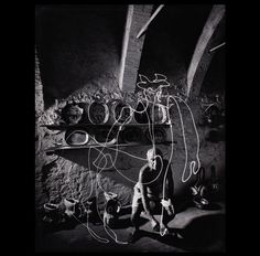 Gjon Mili (1904-1984) Pablo Picasso dibujando el centauro de luz con un lápiz de luz en el taller de cerámica de Madoura Vallauris, 1949 Gelatina de plata, 46 x 35,5 cm. Münchner Stadtmuseum, Sammlung Fotografie ©Getty Images, todos los derechos reservados