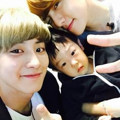 "EXO's Chanyeol and Baekhyun Snap a Cute Photo with ""Superman Returns"" Seo Jun Cutest Ever! Baekyeol will be great parents! Baekhyun Selca, Baekhyun Chanyeol, Park Chanyeol, Exo Exo, Exo Chanbaek, Kim Minseok, Chanbaek Fanart, Cnblue, 2ne1"
