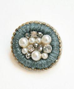 シトラス ビジュー ブローチ。CITRUS シトラス ペールブルー ブローチ Bead Embroidery Jewelry, Textile Jewelry, Fabric Jewelry, Beaded Embroidery, Brooches Handmade, Handmade Beads, Handmade Jewelry, Beaded Brooch, Beaded Earrings