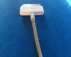 Use a mola de uma caneta velha para proteger os fios de carregadores.
