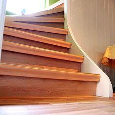 Holztreppe renovieren mit Laminat + Du möchtest Deine Holztreppe mit Laminat belegen? Dann beachte die folgenden Punkte. Hier weiterlesen... Stairs, Diy, Home Decor, Palette Knife, Dots, Stairway, Decoration Home, Bricolage, Room Decor