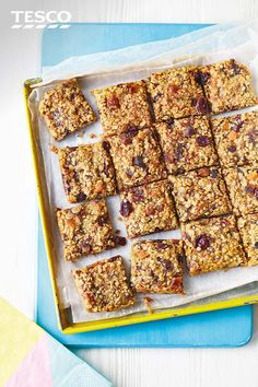 Healthy Snacks For Kids These chewy pear flapjacks are filled with colourful cranberries, apricots and sticky dates for a fruity twist on a teatime classic. Pack up for a perfect summer holiday snack for kids or portable picnic treat. Healthy Flapjack, Flapjack Recipe, Apple Recipes Easy, Sweet Recipes, Baking Recipes, Jack Food, Picnic Snacks, Oatmeal Breakfast Bars