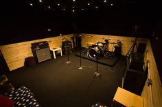 The banana road studios studio catalogs em 2019 дизайн Studio Desk Music, Girls Bedroom, Home Music Rooms, Rehearsal Studios, Recording Studio Design, Garage Studio, Video Studio, Basement Band, Drum Heads