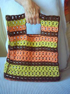 Beautiful purse crocheted using soda pop tabs by Raios de Luz - Gláucia Góes, via Flickr