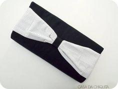Bolsa carteira de mão, feita com tecido na cor preta na parte externa e laço com tecido poá, na parte externa tecido na cor chumbo. Feito sob encomenda. R$ 35,00