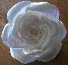 Voici comment faire facilement de jolies fleurs en tissu. Première étape : Découper des pétales de différentes tailles dans un tissus... Icing, Shabby Chic, Creations, Diy, Blog, Bouquet, Kawaii, Cosplay, Scrappy Quilts