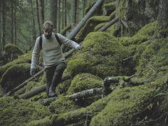 Teemu Järvi on suomalainen muotoilija ja sisustusarkkitehtuurin maisteri, joka on erikoistunut luontoaiheisiin sekä luonnon materiaaleihin. Kuvitustöissään hän suosii perinteisiä menetelmiä kuten ruokokynää sekä kiinalaista tussiväriä. (Lähde: heijaa.fi) Lisäksi Järvi viettää paljon aikaa luonnon helmassa, metsässä sekä vesillä ja näitä suomalaisen villielämän erilaisia vivahteita hän ikuistaa teoksiinsa. (Lähde. teemujarvi.com) #habitare2015