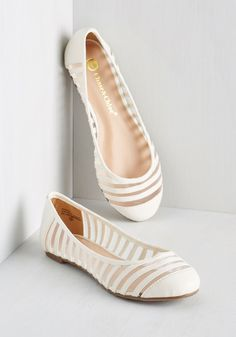If you want to find very comfortable wedding shoes you have two top choices, one is to wear cowgirl wedding boots (as many of our readers choose). Cute Shoes Flats, Pretty Shoes, Beautiful Shoes, Me Too Shoes, Casual Shoes, Flat Shoes, Shoes Sandals, White Wedding Shoes, Wedding Boots
