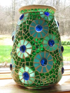 Stained Glass Mosaic Vase in Green-Aqua-Turquoise via Etsy by jeanette Mosaic Planters, Mosaic Vase, Mosaic Flower Pots, Mosaic Mirrors, Mosaic Crafts, Mosaic Projects, Mosaic Ideas, Clear Glass Vases, Glass Art