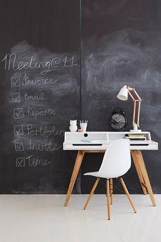 Hét geheim van een stijlvol interieur | Huistuin | Netherlands - 2. Accentmuur Een accentmuur, geschilderd in krijtbordverf, is een handige plek om notities en boodschappenlijstjes op te schrijven. Of leuke tekeningetjes te maken!