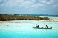 Esta en Bacalar, Quintana Roo, se le conoce como la laguna de los 7 colores debido a que sus colores varían de acuerdo a la hora del día y profundidad a la que te encuentres, estos van desde el azul turquesa, azul cielo, hasta el azul marino. ¡Ideal para navegar en kayac!