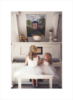 11-flower-girls-playing-the-piano.jpg 865×1,179 pixels